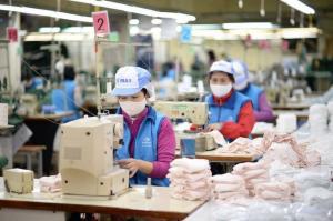Dệt may Việt Nam vừa đón đơn hàng dồi dào vừa lo chống dịch